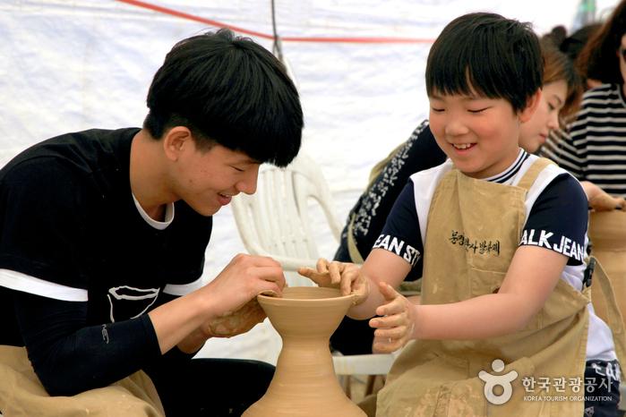 아이들이 도자기를 만들고 있다.