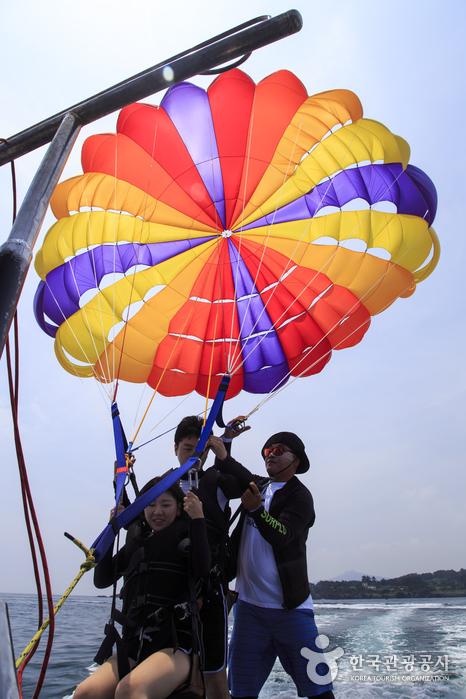 낙하산 장비를 착용한 후 기다리면 곧 하늘 위로 떠오른다. 승무원 지시만 잘 따르면 만사 오케이!