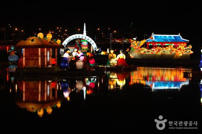 Jinju Namgang Yudeung (Lantern) Festival (진주 남강유등축제)
