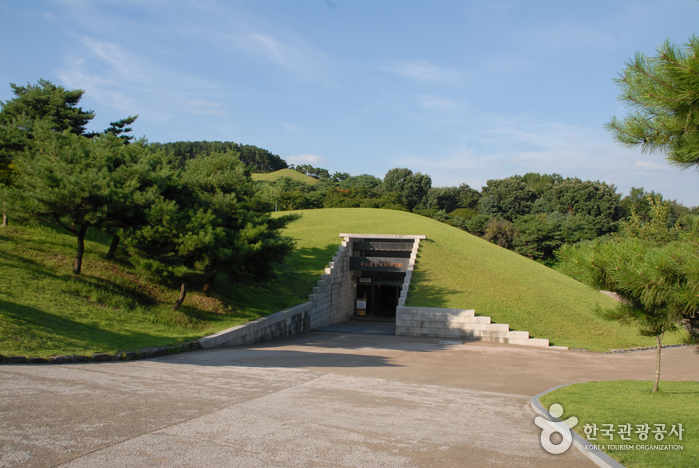 Songsan-ri Tombs and Royal Tomb of King Muryeong (송산리 고분군과 무령왕릉)