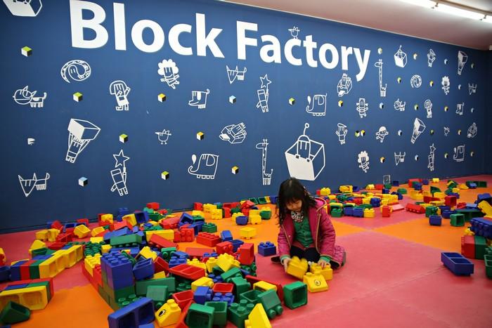가나어린이미술관 내 놀이 공간에서 블록 놀이를 하는 어린이