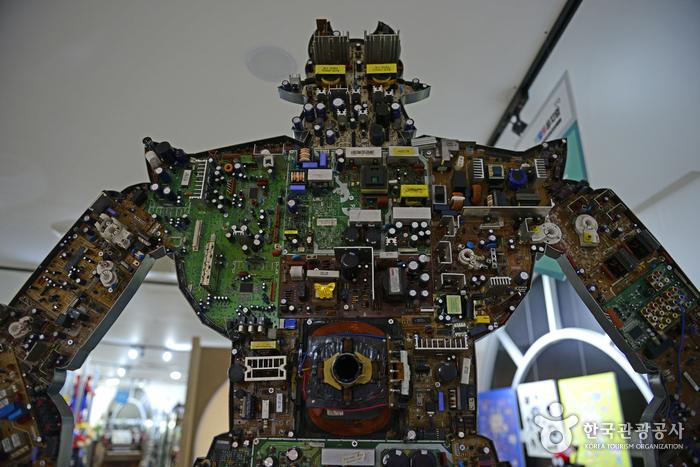 브라운관 TV의 기판을 활용해 제작한 로봇태권V