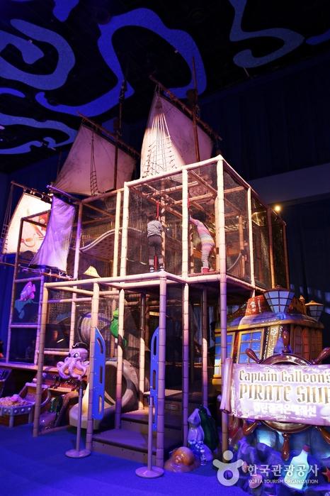 해적선을 테마로 꾸며놓은 놀이 공간