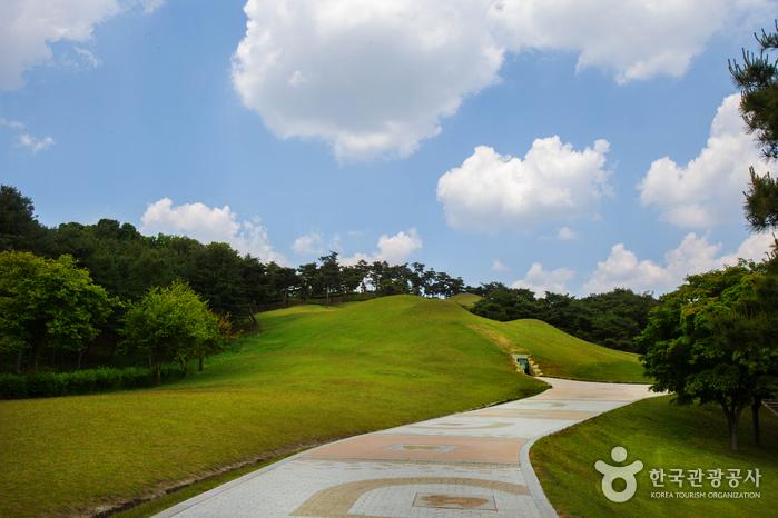 Gongju Songsan-ri Tombs and Royal Tomb of King Muryeong [UNESCO World Heritage] (공주 송산리 고분군과 무령왕릉 [유네스코 세계문화유산])