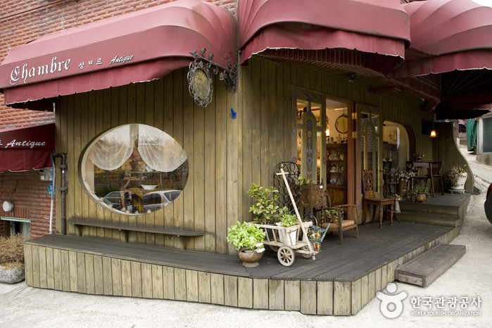 Itaewon Antique Furniture Street (이태원 앤틱 가구 거리)