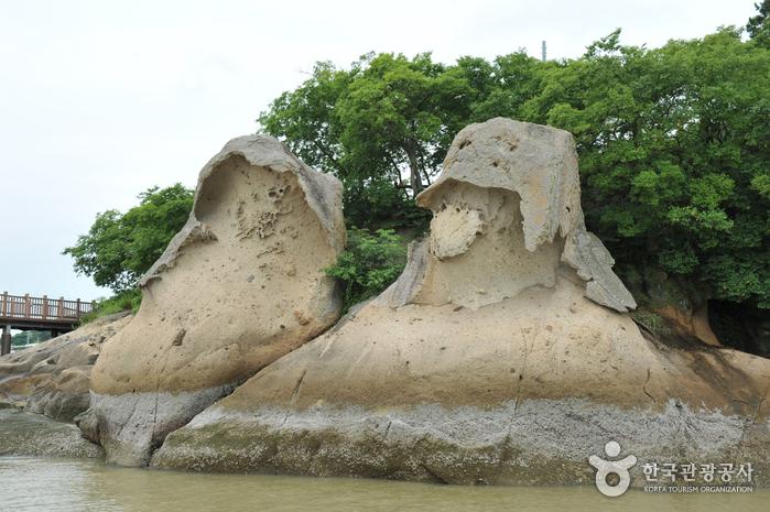 Mokpo Gatbawi Rock (목포 갓바위)