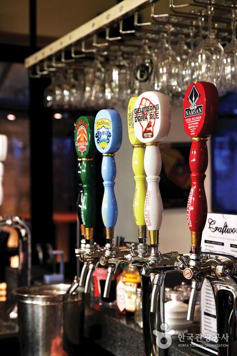 크래프트 웍스 탭하우스 앤 비스트로는 우리나라 산과 바다의 명칭에서 따온 이름을 맥주에 붙였다