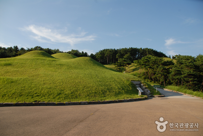 Gongju Songsan-ri Tombs and Royal Tomb of King Muryeong [UNESCO World Heritage] (공주 송산리 고분군과 무령왕릉 [유네스코 세계문화유산])