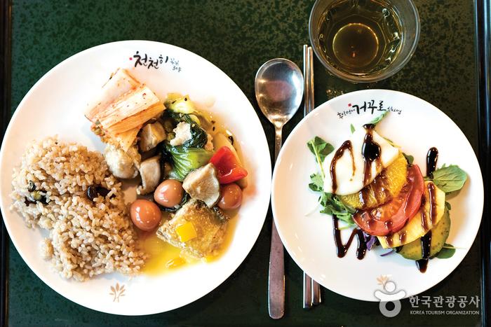마을 내 비채식당(비우고 채운다는 뜻)은 영양을 고려한 건강한 식단
