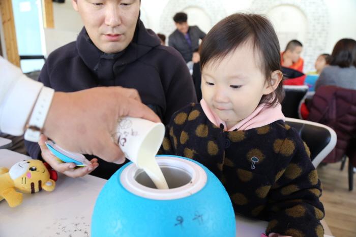 흰우유와 초코과자를 넣고 있는 모습