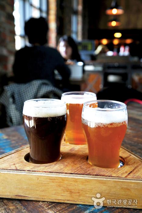 데블스도어의 수제맥주 샘플러 세트. 한 트레이에 3종의 맥주를 선택할 수 있다