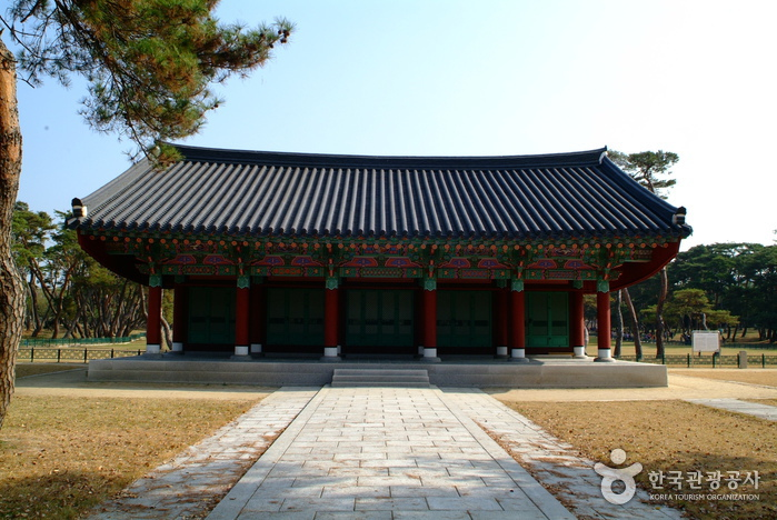 Gyeongju Oreung Royal Tombs (경주 오릉 )