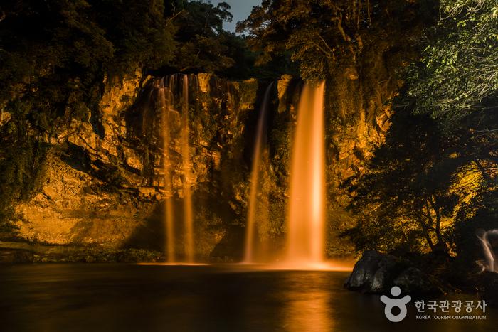天地淵瀑布(천지연폭포)