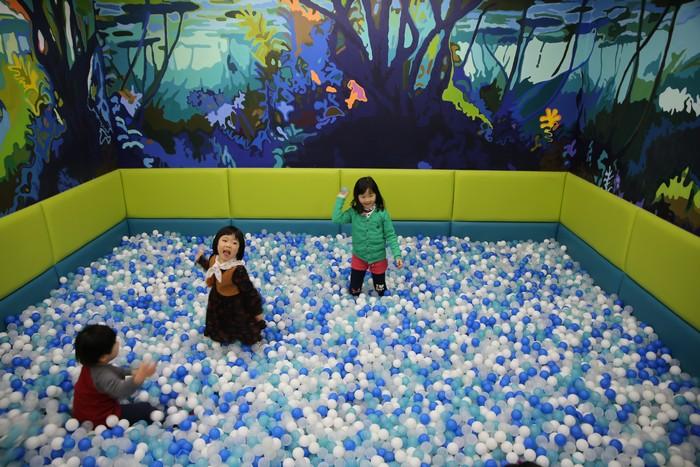 가나어린이미술관 내 볼풀에서 놀고 있는 어린이들