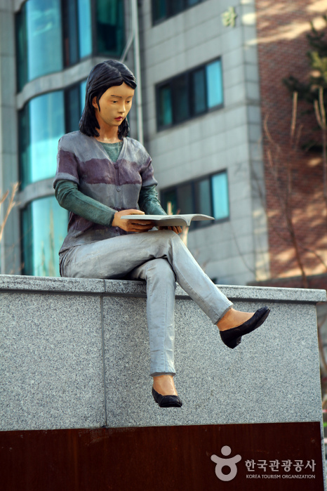 경의선책거리 입구에 설치한 책을 읽고 있는 여자 조형물. 땡땡거리에서도 볼 수 있다.