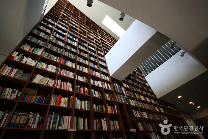 1층에서 2층 천장까지 설치한 책장. 누구나 책을 꺼내 읽을 수 있다.