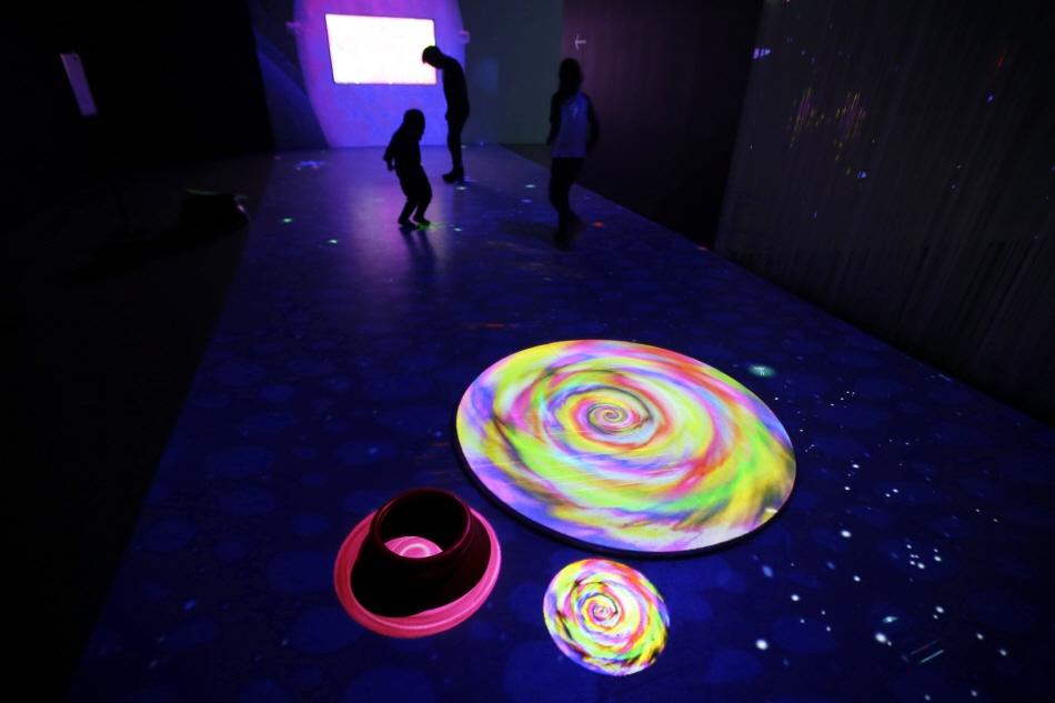 아이들이 좋아하는 발효소스토굴의 미디어 아트