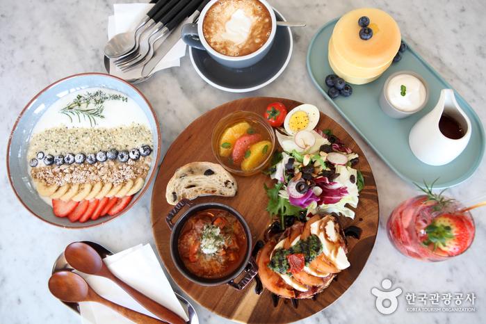 볼리에르 대표메뉴 멜랑쥐, 팬케이크, 딸기석류, 에르트레이, 요거트(오른쪽 위부터 시계방향으로)