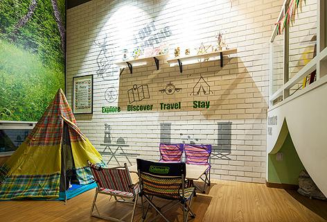 캠핑 테이블과 텐트가 있는 캠핑존