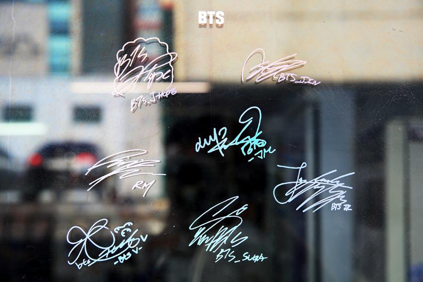Yoojung食堂大門上的防彈少年團簽名