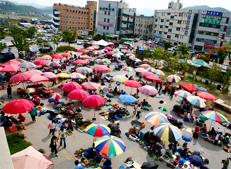 Ganghwado Folk Flea Market, a fifth-day market where one can see dozens of street stalls on a market day