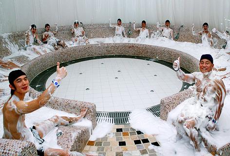 태극 버블 센스 테라피방에서 테라피를 즐기고 있는 사람들