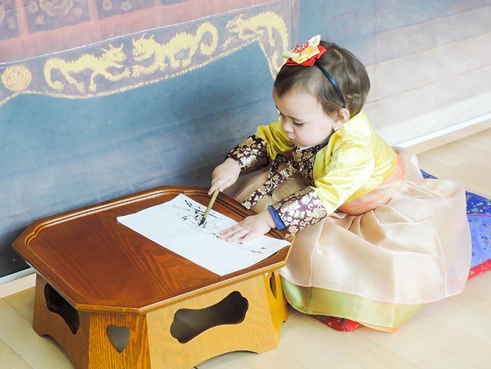 Un bébé en hanbok au centre international des activités culturelles de Séoul (photo offerte par le centre international des activités culturelles de Séoul)