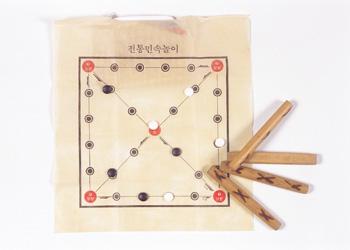 Une famille et le jeu du yut nori