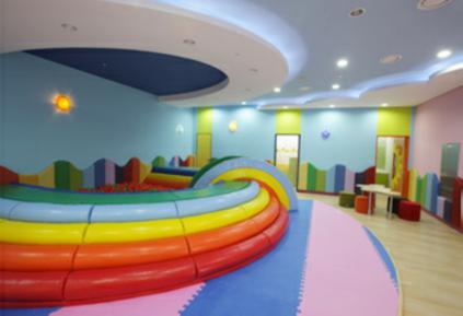 Guardería y sala de juegos para niños (foto de abajo a la derecha, cortesía del Aeropuerto Internacional de Incheon).