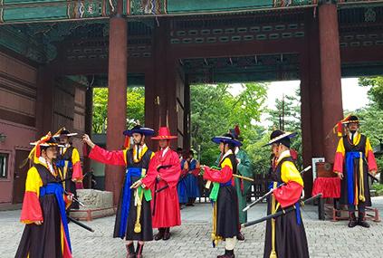 Probándose trajes de guardias del palacio (cortesía del Ayuntamiento de Seúl)