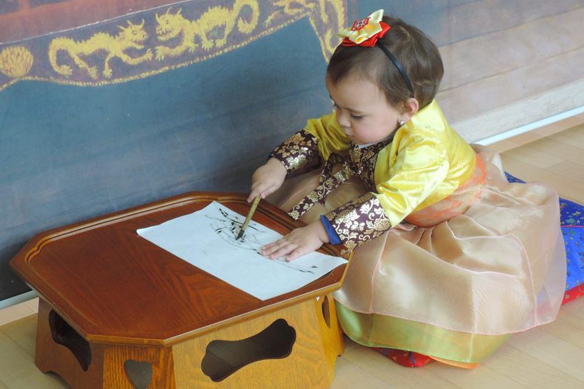 Una niña usando el hanbok (cortesía del Centro Global de Cultura y Turismo de Seúl)