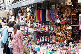 仁寺洞街头的纪念品商店