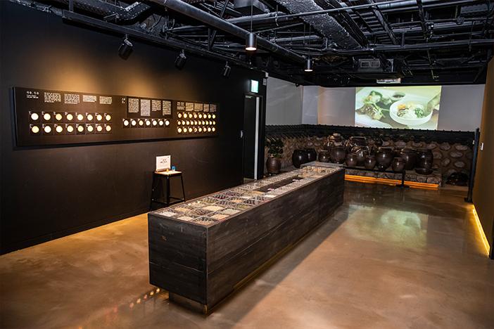 Intérieur de l'espace culturel des expositipons autour de la 'hansik' (aut : K-Style Hub)