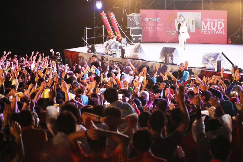 Un espectáculo de PSY (cortesía del Ayuntamiento de Boryeong).