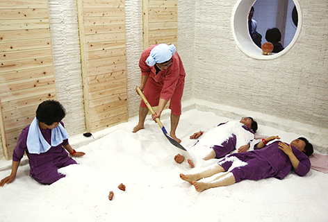 편백 소금집'에서 누워서 소금디톡스를 즐기는 사람들