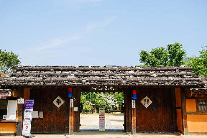 Entrée du village Ararichon (en haut) / Statue reproduisant la vie quotidienne de l'époque (en bas à gauche) / Bon d'achat de Jeongseon Arirang (en bas à droite)
