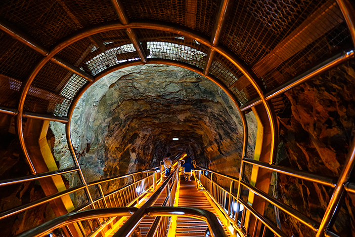 Pente abrupte aménagée avec des escaliers orientés vers le fond de la grotte de Hwaam