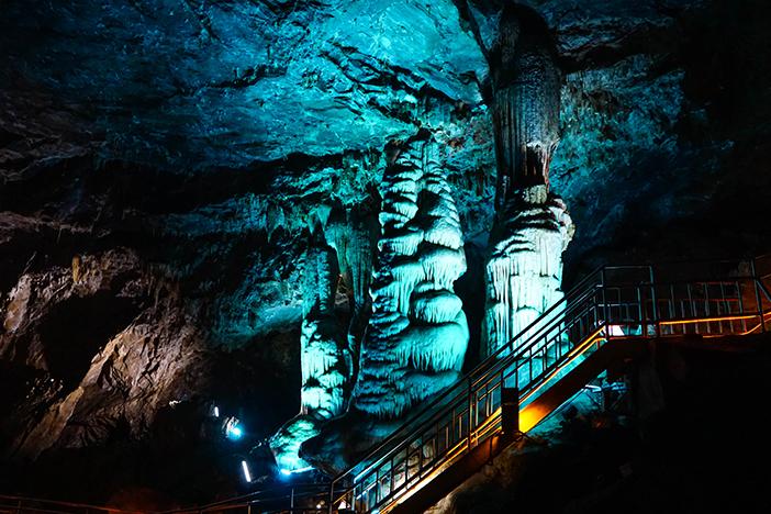 Stalactite naturelle à l'intérieur de la grotte de Hwaam (en haut) / Intérieur de la grotte décorée sur le thème du conte de fée
