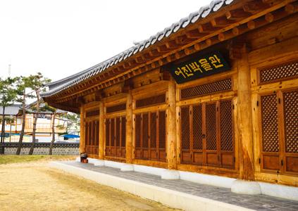 Museo de los Retratos (izquierda) y un camino de bambú (derecha).