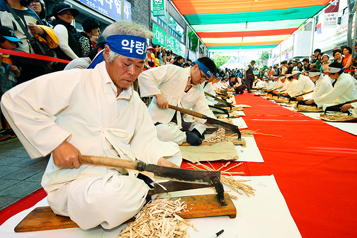 Photo: Slicing contest using ingredients of Oriental medicine (Credit: Yangnyeongsi Preservation Committee)