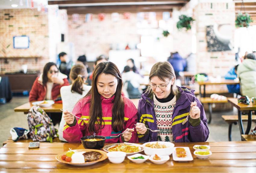 滑雪場的代表美食,魚板湯與雞啤