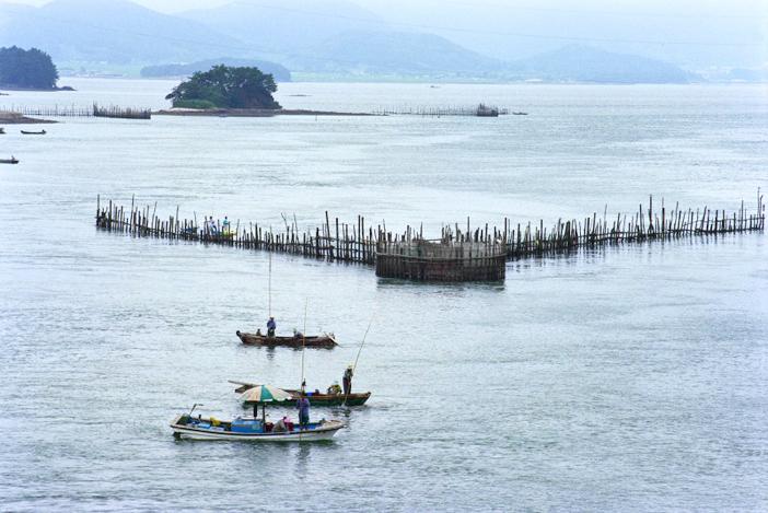 竹防簾(上・下左)、知足海峡の夕焼け(下右)(写真提供:南海未来新聞)