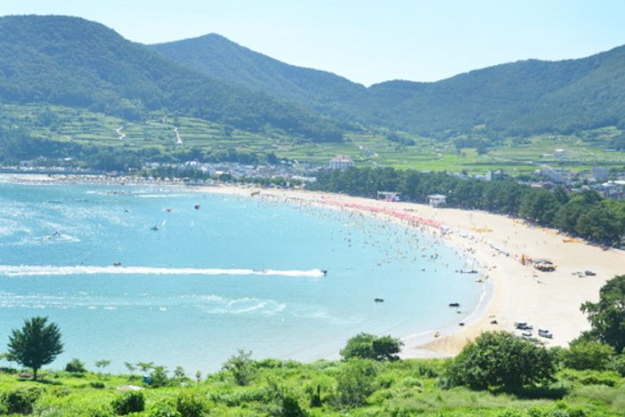 尚州銀砂ビーチ(写真上)とトゥモ村(下)(写真提供:南海未来新聞)