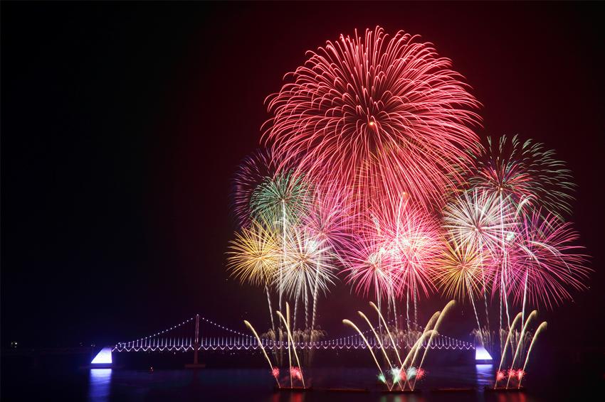 釜山世界煙火節的廣安大橋夜景