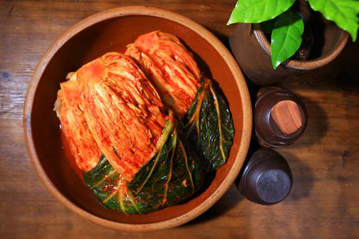 (dans le sens des aiguilles d'une montre) Kimjang kimchi, yeolmu kimchi, dongchimi