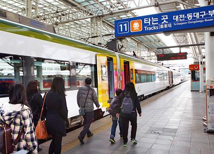 Жители Кореи, отправляющиеся на поезде в родные края