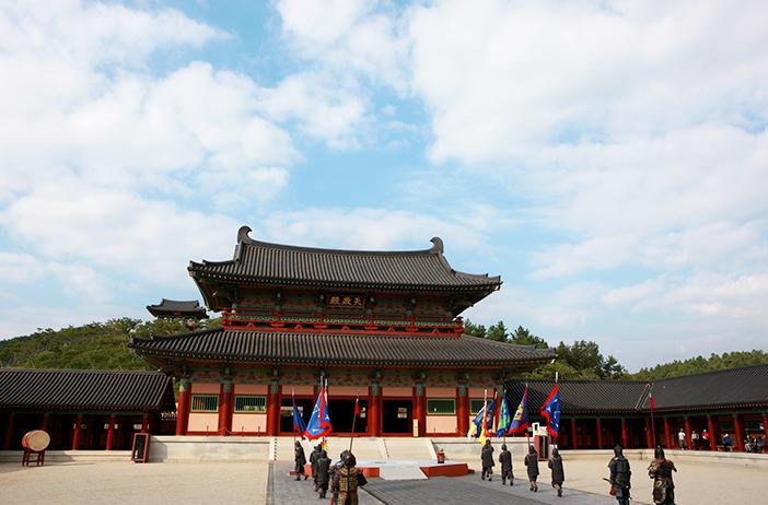 泗沘宮(上)、陵寺五層木塔(左下)、生活文化村(右下)