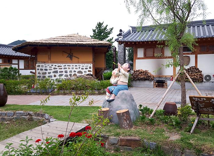 Village des hanok de Gonju (en haut, en bas à gauche), activité de preparation du tteok injeolmi (en bas à droite) (aut : Village des hanok de Gonju)