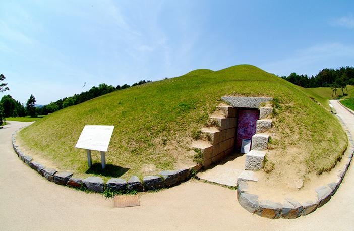 武寧王陵(上)、宋山里古墳群模型展示館内部(左下)、国立公州博物館の武寧王陵遺物(右下)