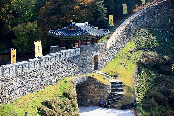 Geumseoru (en haut), Manharo et étang (en bas à gauche), Ssangsujeong (en bas à droite)